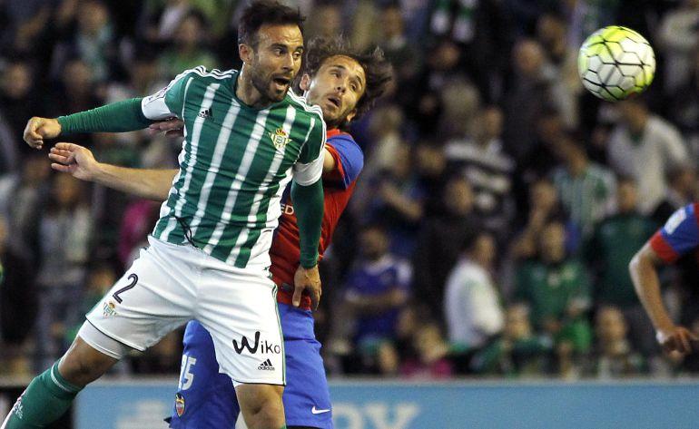Betis. Rafa Navarro disputa un balón en el Betis Levante del año pasado.